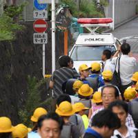 事故現場の近くを集団下校する児童ら=横浜市神奈川区で2019年9月5日午後3時7分、手塚耕一郎撮影