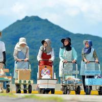 それぞれのオンバを持ち寄ってもらうと、一気に場がにぎやかになった=高松市男木町で、山田尚弘撮影