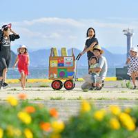 島にある「男木島図書館」が所有する移動用のオンバ。天気が良い日は漁港で子どもたちに読み聞かせをすることもある=高松市男木町で、山田尚弘撮影