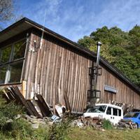 地震で1階部分がつぶれた築約2年の自宅。地震から1ヶ月が経ち、家の中には飼っていた猫が取り残されたままだったが、危険で立ち入ることができない=北海道厚真町で2018年10月5日、北山夏帆撮影