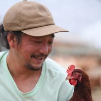 鶏を見つめる小林廉さん。「ようやくここまで戻って来た」と笑顔を見せた=北海道厚真町浜厚真で2019年8月19日、北山夏帆撮影