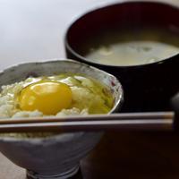 小林農園の卵は着色料を使わないレモンイエローが特徴。黄身は甘くて濃厚だ=北海道千歳市で2019年6月25日、北山夏帆撮影