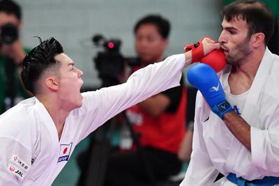 男子組手75キロ級、イラン選手(右)を破り決勝に進出した西村拳=東京・日本武道館で2019年9月6日、宮間俊樹撮影