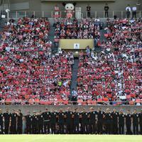ラグビー日本代表のW杯決起会に集まったスタンドの観客と記念撮影をする選手たち=東京・秩父宮ラグビー場で2019年9月7日、竹内紀臣撮影