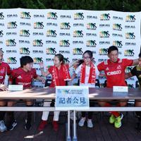 ラグビーW杯決起会会場に特設されたラグビー体験ブースで、ラグビー選手と記者会見のように並んで座る人たち=東京・秩父宮ラグビー場で2019年9月7日、竹内紀臣撮影