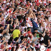 ラグビーW杯の決起会で、日本代表選手が投げたボールに手を伸ばすスタンドのファンたち=東京・秩父宮ラグビー場で2019年9月7日、竹内紀臣撮影
