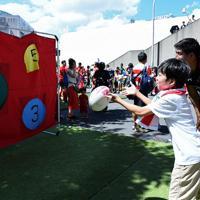 ラグビーW杯決起会会場に特設されたラグビー体験ブースで、ラグビーボールを投げる男の子=東京・秩父宮ラグビー場で2019年9月7日、竹内紀臣撮影