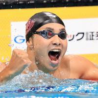 男子100メートルバタフライ決勝を日本記録に迫るタイムで制し、拳を握る石川慎之助=東京・辰巳国際水泳場で2019年9月7日、梅村直承撮影