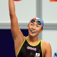 女子100メートルバタフライ決勝を制し、声援に応える相馬あい=東京・辰巳国際水泳場で2019年9月7日、梅村直承撮影