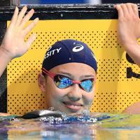 女子200メートル個人メドレー決勝を制し声援に応える今井月=東京・辰巳国際水泳場で2019年9月7日、梅村直承撮影