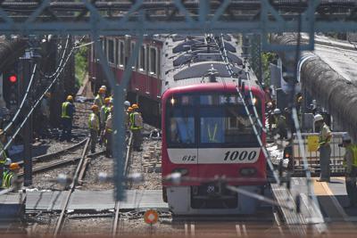 運転再開を前に、事故のあった踏切の上を走って安全確認する京急線の試運転列車=横浜市神奈川区で2019年9月7日午後0時28分、北山夏帆撮影