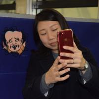 ボックス席には乗客の肩の位置に妖怪がいる=鳥取県米子市で2018年1月17日、小松原弘人撮影