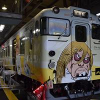 リニューアルされた「砂かけばばあ列車」=鳥取県米子市で2018年1月17日、小松原弘人撮影