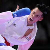 男子組手75キロ級決勝、積極的に攻める西村拳(右)=東京・日本武道館で2019年9月8日、喜屋武真之介撮影