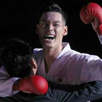 男子組手75キロ級を制し喜ぶ西村拳=東京・日本武道館で2019年9月8日、喜屋武真之介撮影