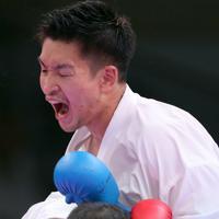 男子組手84㌔級決勝、相手選手を激しく攻める荒賀龍太郎(上)=東京・日本武道館で2019年9月8日、喜屋武真之介撮影