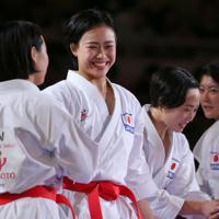 女子団体形で優勝し喜ぶ清水那月(左から2人目)ら=東京・日本武道館で2019年9月8日、喜屋武真之介撮影