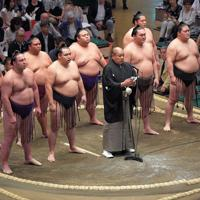 大相撲秋場所の初日を迎え、協会あいさつを行う日本相撲協会の八角理事長(中央)=東京・両国国技館で2019年9月8日、手塚耕一郎撮影