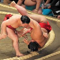 阿武咲をすくい投げで破る炎鵬(左)=東京・両国国技館で2019年9月8日、手塚耕一郎撮影