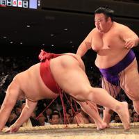 貴景勝(右)が突き落としで大栄翔を降す=両国国技館で2019年9月8日、玉城達郎撮影
