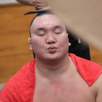 黒星を喫し支度部屋で目を閉じる白鵬=両国国技館で2019年9月8日、玉城達郎撮影