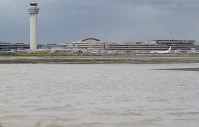 An apron at Haneda International Airport is seen flooded due to rain caused by Typhoon Faxai in Tokyo's Ota Ward on the morning of Sept. 9, 2019. (Mainichi/Tatsuro Tamaki)