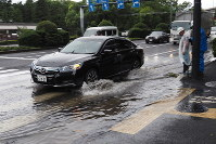 A road is seen flooded due to rain caused by Typhoon Faxai in Tokyo's Chiyoda Ward on the morning of Sept. 9, 2019. (Mainichi/Kenji Yoneda)