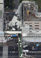 Scaffolding that fell down due to Typhoon Faxai is seen at a demolition site in Yokohama's Kanazawa Ward from a Mainichi Shimbun helicopter on the morning of Sept. 9, 2019. (Mainichi/Tatsuro Tamaki)
