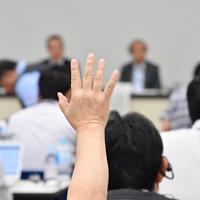 日産自動車の取締役会を受けて開かれた記者会見で質問のため挙手する記者=横浜市西区で2019年9月9日午後9時18分、宮間俊樹撮影