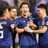 【日本―パラグアイ】前半、ゴールを決めて喜ぶ大迫(中央)を祝福する日本の選手たち=カシマスタジアムで2019年9月5日、宮武祐希撮影