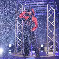 ステージに雨が降る演出で行われたワークマンのファッションショー=東京都渋谷区で2019年9月5日、内藤絵美撮影