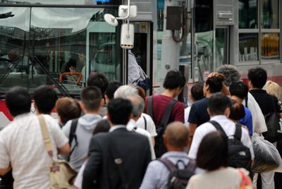 長蛇の列を作りバスを待つ人たち=東京都渋谷区で2019年9月9日午前7時32分、喜屋武真之介撮影