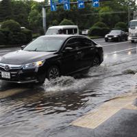 台風15号の影響で冠水した道路=東京都千代田区で2019年9月9日午前7時46分、米田堅持撮影