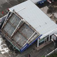台風15号の影響で屋根が崩落したガソリンスタンド=千葉県館山市で2019年9月9日午前9時35分、本社ヘリから玉城達郎撮影
