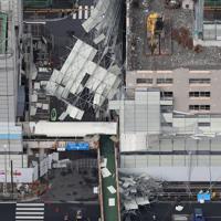 台風15号の影響で崩落した解体現場の足場=横浜市金沢区で2019年9月9日午前9時52分、本社ヘリから玉城達郎撮影