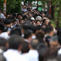 台風15号の影響で電車の運行が大きく乱れ、京急泉岳寺駅では大勢の人たちが構内に入れず路上で立ち往生していた=東京都港区で2019年9月9日午前10時28分、喜屋武真之介撮影
