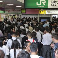 電車の運転開始を待ちJR渋谷駅の改札前に集まる人たち=東京都渋谷区で2019年9月9日午前8時58分、喜屋武真之介撮影