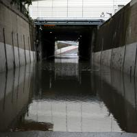 冠水し、通行止めとなった道路=千葉県市川市で2019年9月9日午前9時58分、小川昌宏撮影