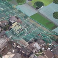 台風15号の影響で崩落したゴルフ練習場のポール=千葉県市原市で2019年9月9日午前10時9分、本社ヘリから玉城達郎撮影