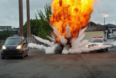 激しい炎と煙が上がる中を駆け抜けるカーチェイスの撮影現場=福岡県糸田町の町民体育館で2019年8月20日午後4時1分、杣谷健太撮影