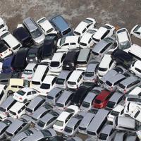 台風15号の影響でぶつかり合った自動車=横浜市中区で2019年9月9日午前10時44分、本社ヘリから玉城達郎撮影