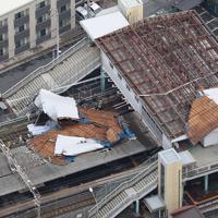 台風15号の影響でめくれ上がった東千葉駅の屋根=千葉市中央区で2019年9月9日午前10時18分、本社ヘリから玉城達郎撮影