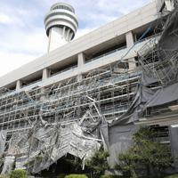 強風の影響で倒れた足場=羽田空港で2019年9月9日午前11時27分、宮武祐希撮影