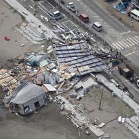 台風15号の影響で崩壊した海の家=神奈川県三浦市で2019年9月9日午後0時5分、本社ヘリから玉城達郎撮影