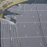 懸命な消火活動が続けられる山倉ダムの湖面に浮かべられたソーラーパネル=千葉県市原市で2019年9月9日午後2時53分、本社ヘリから玉城達郎撮影