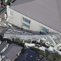台風15号の影響で足場が崩落した目黒区立中央体育館=東京都目黒区で2019年9月9日午後3時13分、本社ヘリから玉城達郎撮影