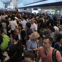 台風15号の影響で電車やバスが使えず、運行再開を待つ大勢の帰国者や外国人観光客ら=成田空港で2019年9月9日午後4時18分、喜屋武真之介撮影