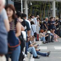 台風15号の影響で電車やバスが使えず、長蛇の列でタクシーを待つ帰国者や外国人観光客ら=成田空港で2019年9月9日午後4時26分、喜屋武真之介撮影