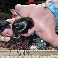 炎鵬(左)が下手投げで明生を破る=東京・両国国技館で2019年9月9日、藤井達也撮影