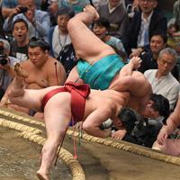 炎鵬(手前)が下手投げで明生を破る=東京・両国国技館でで2019年9月9日、丸山博撮影